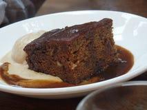 De brownie van de chocoladeokkernoot met hete zachte toffeesaus stock fotografie