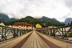 De brug aan de kerk Stock Fotografie