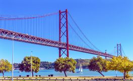 De Brug 25 April Lissabon Portugal van de Tagusrivier Royalty-vrije Stock Afbeeldingen
