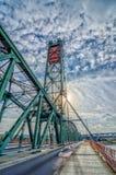 De brug begroet de vroege ochtendzon royalty-vrije stock afbeelding
