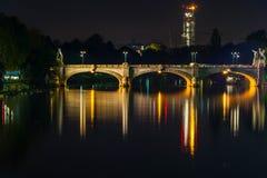 De brug bij nacht, Turijn Stock Afbeeldingen