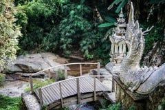 De brug binnen aan de treden die van Naga of van de draak tot een voetgangersbrug o leiden royalty-vrije stock foto