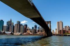 De Brug die van Brooklyn over de Rivier van het Oosten van Lagere Manhat overspannen Stock Afbeelding