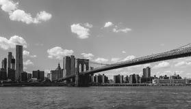 De Brug die van Brooklyn over de Rivier van het Oosten in New York kruisen stock afbeelding