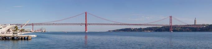De brug die van 25 DE Abril over de Tagus-Rivier overspannen Royalty-vrije Stock Foto