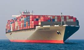 De Brug die van Hamber van het containerschip zich op de wegen bij anker bevinden De Baai van Nakhodka Van het oosten (Japan) het Royalty-vrije Stock Foto