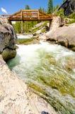 De brug die Yosemite-Kreek kruisen, die Yosemite wordt valt Stock Foto