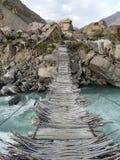 De brug door berg kleine rivier Stock Foto's