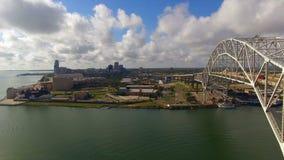 De brug draagt Automobiel Verkeer over Nueces-het Corpus Christi van de Baaibrug stock video