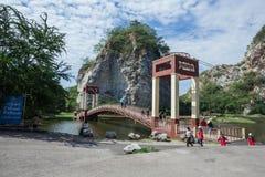 De brug is een deel van plaats het interesseren bij de Rotspark van Khao Ngoo stock afbeelding