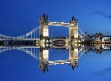 De Brug en de bezinning van de toren in schemering-Londen Stock Foto