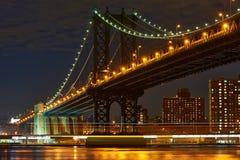 De Brug en de horizonmening van Manhattan van Brooklyn bij nacht Stock Afbeelding
