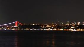 De brug en de kustlijn van Istanboel ` s bij nacht stock videobeelden