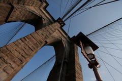 De brug en de Lantaarnpaal Stock Afbeelding