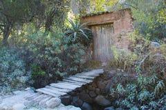 De brug en de muur Stock Afbeeldingen