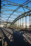 De brug en de schaduwen van het staal royalty-vrije stock afbeeldingen
