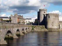 De brug en het kasteel van stenen Stock Afbeelding