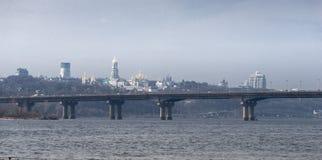 De brug en Kiev Pechersk Lavra van panoramapaton op de achtergrond ukraine stock footage
