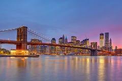 De brug en Manhattan van Brooklyn bij schemer Royalty-vrije Stock Afbeeldingen