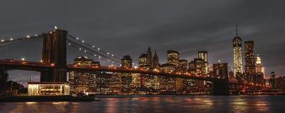 De Brug en Manhattan van Brooklyn bij zonsondergang royalty-vrije stock foto