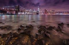 De Brug en Manhattan van Brooklyn bij zonsondergang Royalty-vrije Stock Foto's