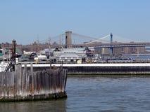 De Brug en Manhattan van Brooklyn zoals die van de haven van de Stad van New York wordt gezien stock foto