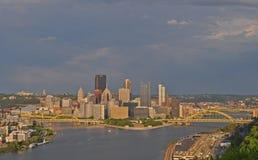 De brug en de pakhuizen van het het westeneind op Chateau-buurt en bruggen over de Rivier van Ohio, Pittsburgh, Pennsylvania, de  stock foto's