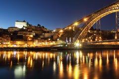 De brug en Porto van Dom Luiz bij schemer Stock Foto