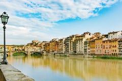 De Brug en Rivier Arno van Ponteveccio met oude lantaarn, Florence, Italië stock foto