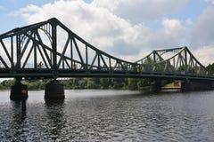 De brug Glienicke in Berlijn, riep ook de brugod spionnen stock foto
