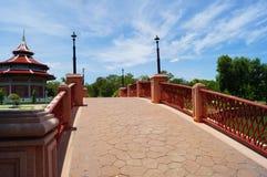 De brug kruist de kreek met blauwe hemel, Thailand Royalty-vrije Stock Afbeelding