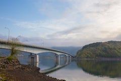 De brug kruist het meer royalty-vrije stock foto's