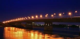 De brug met nachtverlichting Stock Fotografie