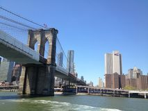 De brug New York van Brooklyn via veerboot stock foto's