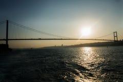 De brug nieuwe naam 15 van Bosporus de Brug van Temmuz Sehitler in zonsondergangtijd Royalty-vrije Stock Foto's