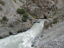 De brug op de bergrivier Royalty-vrije Stock Afbeelding