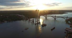 De brug op de rivier Zonsondergang Stock Afbeeldingen