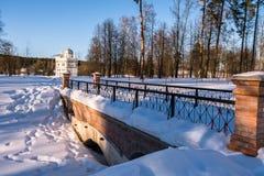De brug op de manier naar de kluis van Patriarch Nikon naast het Nieuwe Klooster van Jeruzalem Istra, de voorsteden van Moskou, R stock afbeeldingen