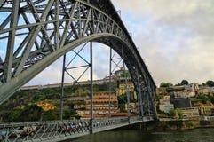 De brug op rand van Porto Ribeira in de avond, Portugal Stock Afbeelding