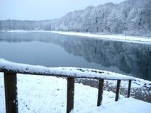 De brug op snow-covered meer Royalty-vrije Stock Afbeelding