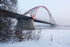 De brug over de Ob-rivier in Novosibirsk in de winter Stock Foto's
