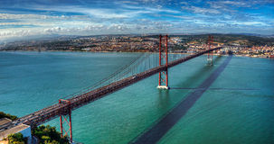 De brug over de rivier Stock Afbeelding