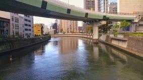 De brug over de rivier in Osaka Japan Stock Foto