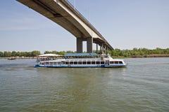 De brug over de rivier trekt aan Royalty-vrije Stock Afbeeldingen