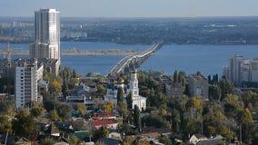 De brug over de Volga rivier stock videobeelden