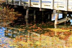 De brug over een scène met dalingskleuren dacht in een kreek in Indiana na Royalty-vrije Stock Fotografie