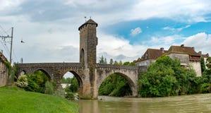 De brug over rivier gaf DE Pau in Orthez - Frankrijk royalty-vrije stock afbeelding