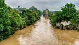 De brug over rivier gaf DE Pau in Orthez - Frankrijk stock foto