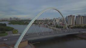 De brug over de rivier in het stadscentrum van Astana stock footage