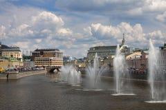 De brug over de Rivier van Moskou Fonteinen op de Rivier van Moskou dichtbij Kadyshevskaya-dijk royalty-vrije stock foto